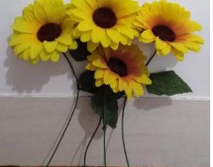 تعدای گل آفتابگردان مصنوعی و گلدان